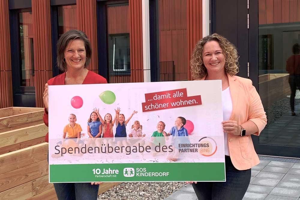 SOS Kinderdorf symbolische Spendenübergabe